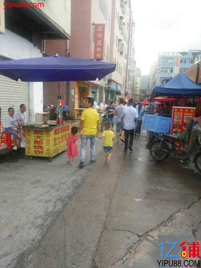 商业街路口人流量大