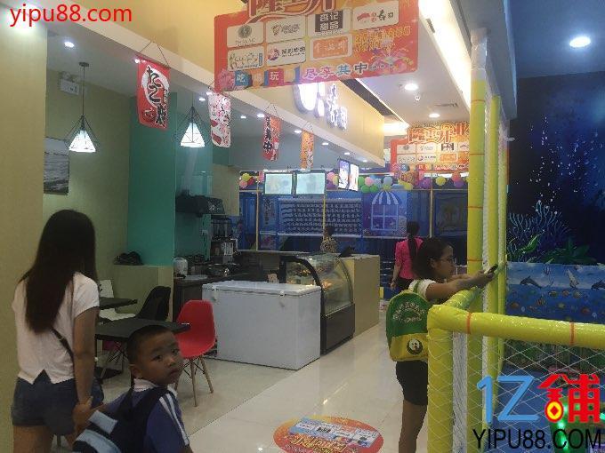 附近常住人口20万,商场对面是民乐小学,店铺对面是大型儿童乐园