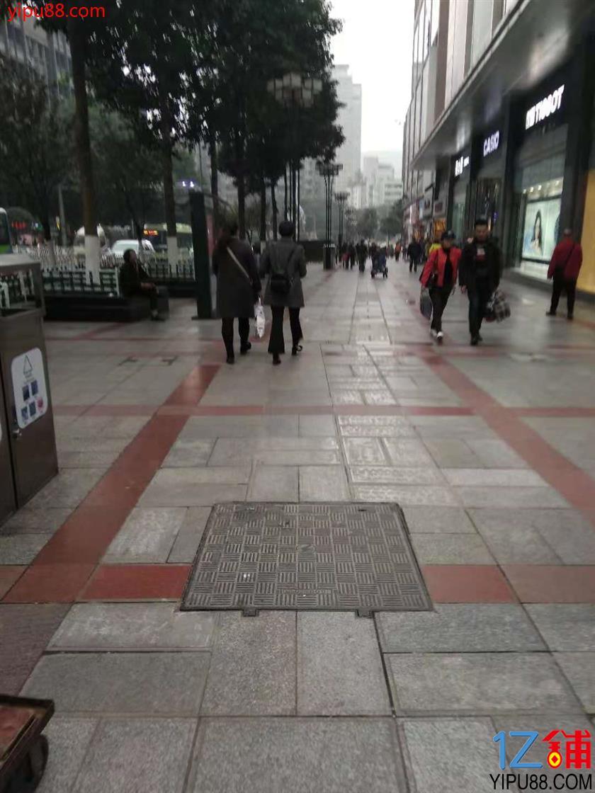 三峡广场美食街30平旺铺5.5万转让{不限行业}