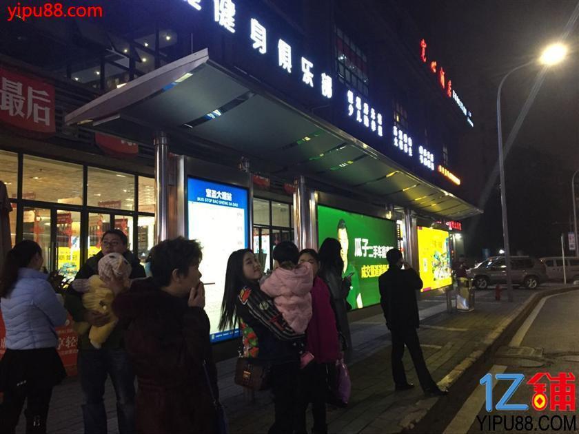 公交车站旁全新鱼火锅店急转