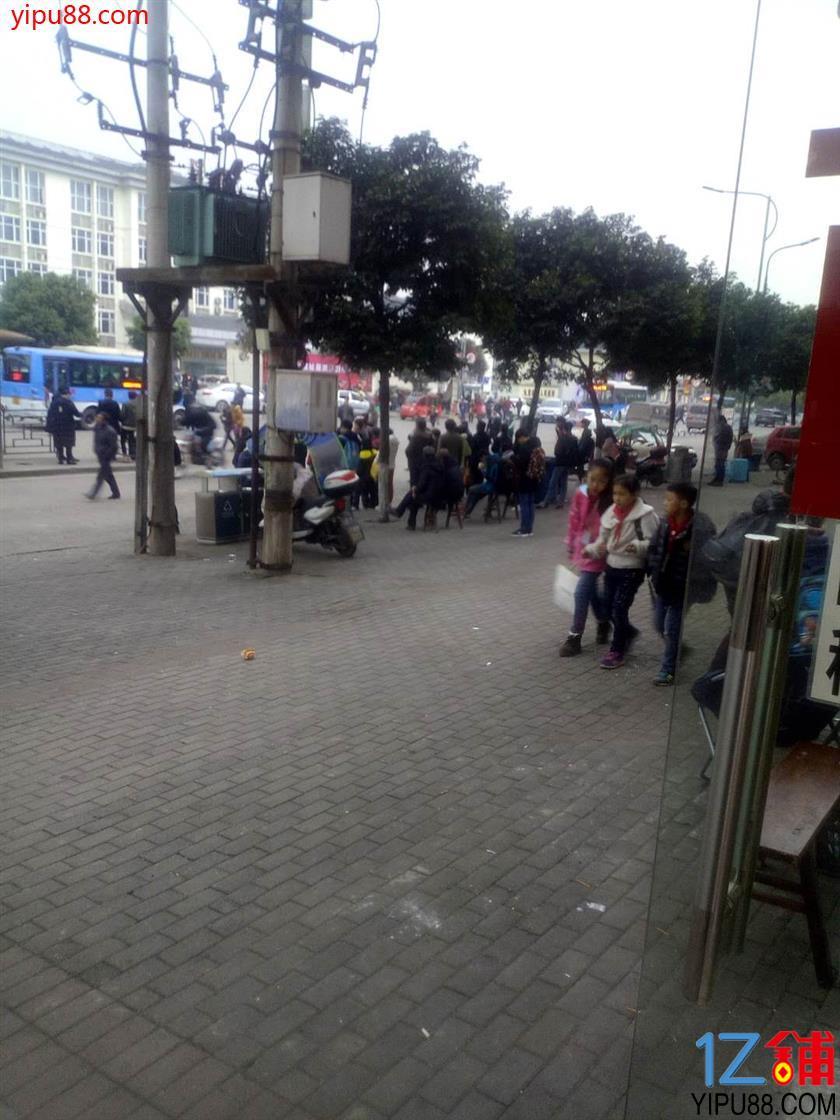 大型社区临街餐饮旺铺低价转让(可外摆)