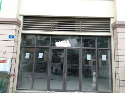 大型社区三通带坝子临街门面紧急出租(可免租)