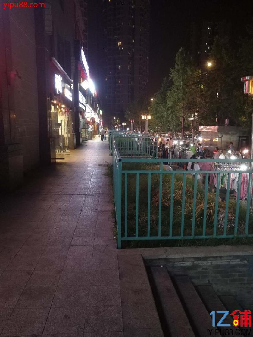 民心佳园公交站旁餐饮店急转
