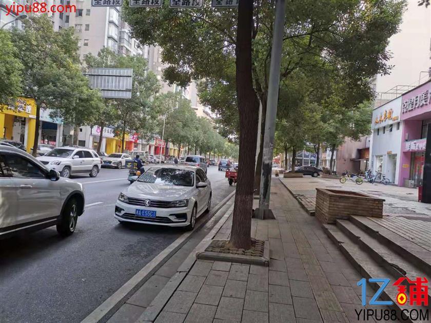 成熟高档小区临街93㎡服装店转让(可空转)