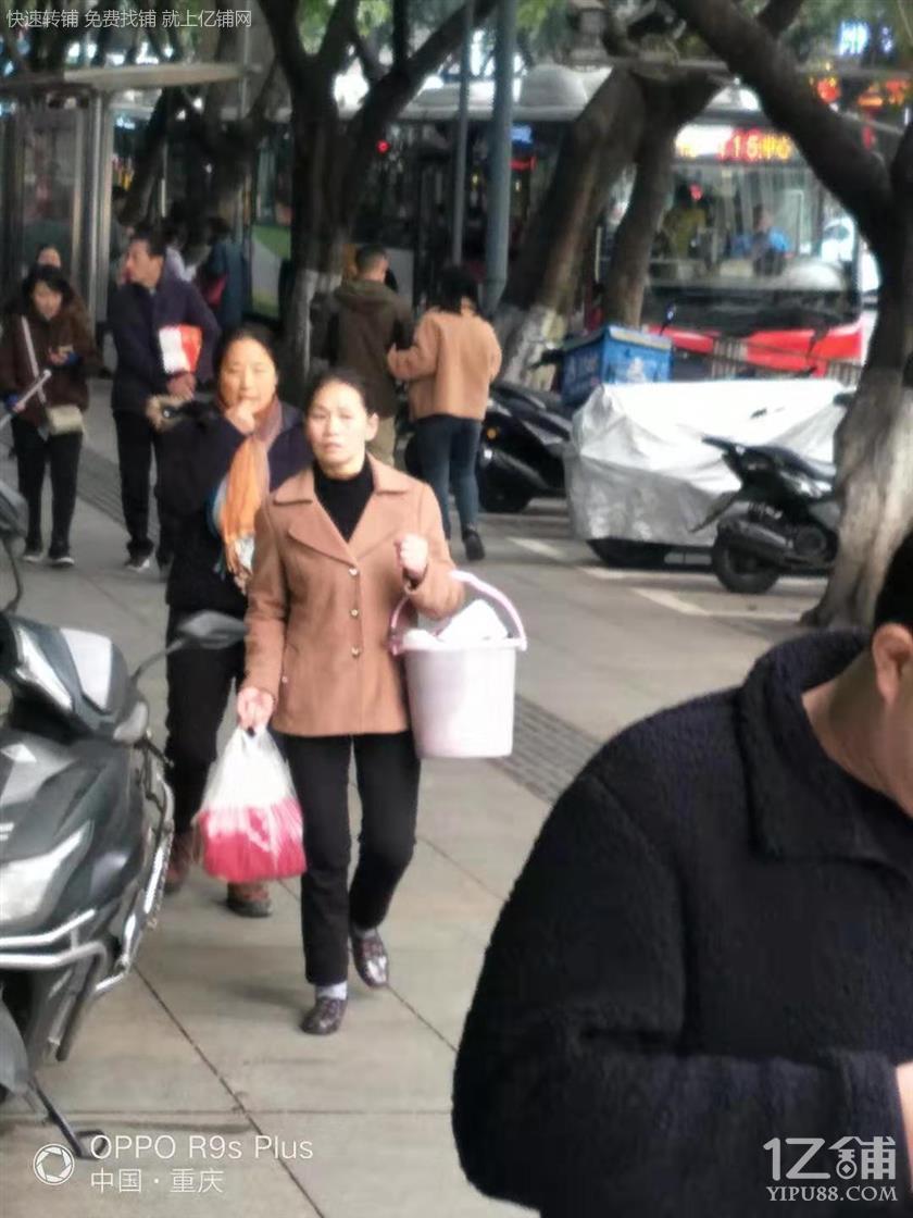 公交车站地铁出口旁盈利便利店急转(也可空转)