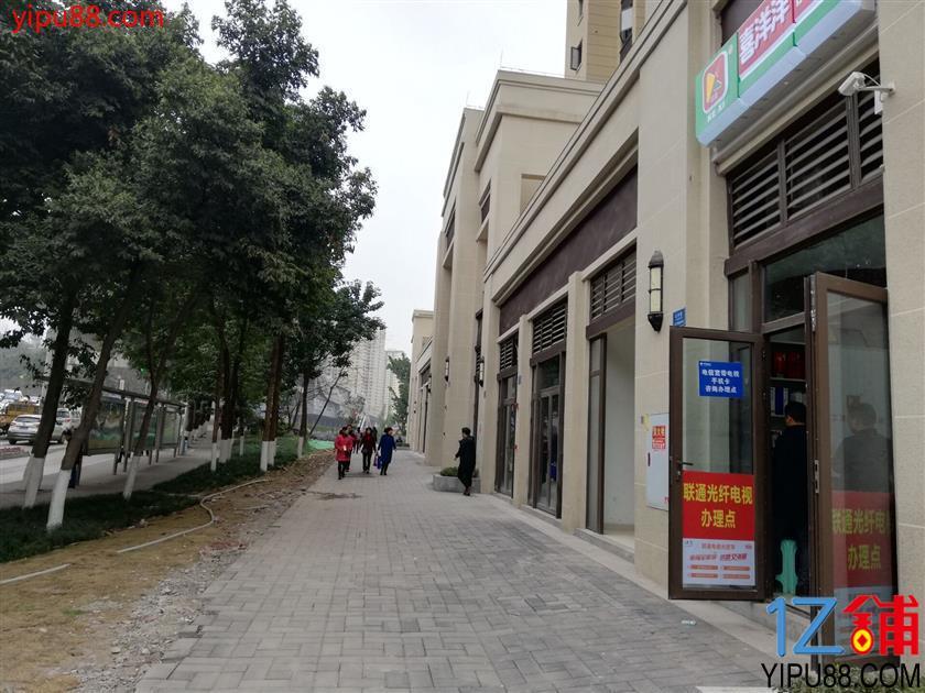 公交车站旁日营业额4千的便利店急转(可空转,行业不限)