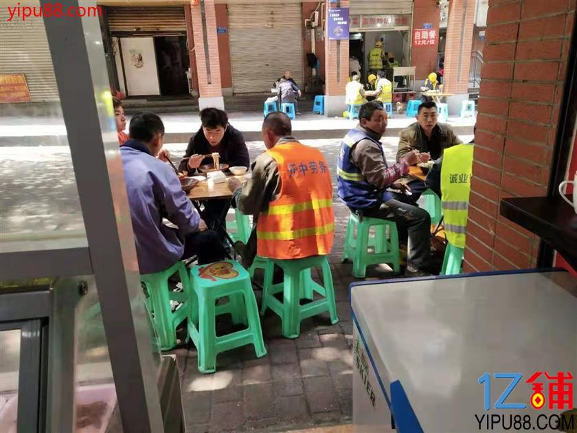 大型社区餐饮街30㎡旺铺3.8万转让 (行业不限)