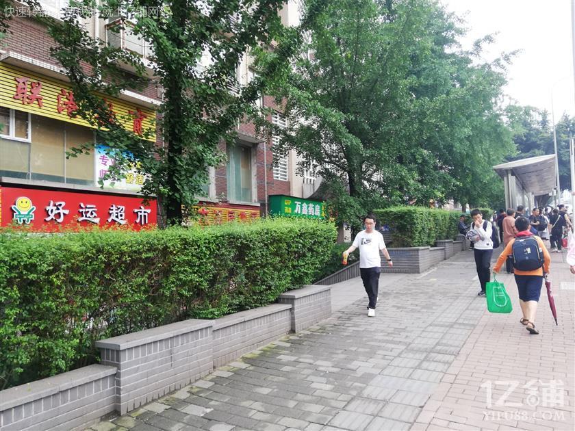 公交车站旁人流量大盈利便利店急转