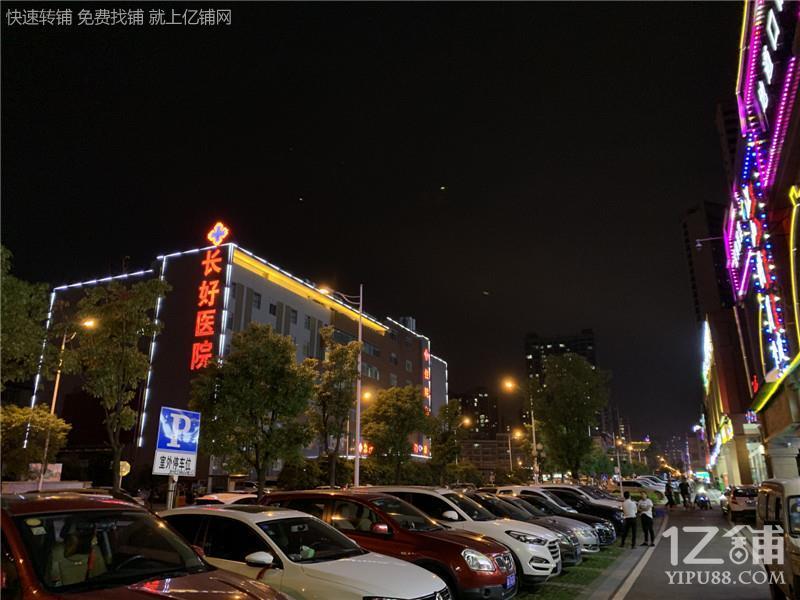 医院对面小区出入口临街50㎡餐饮店7.2万低价转让(可空转)