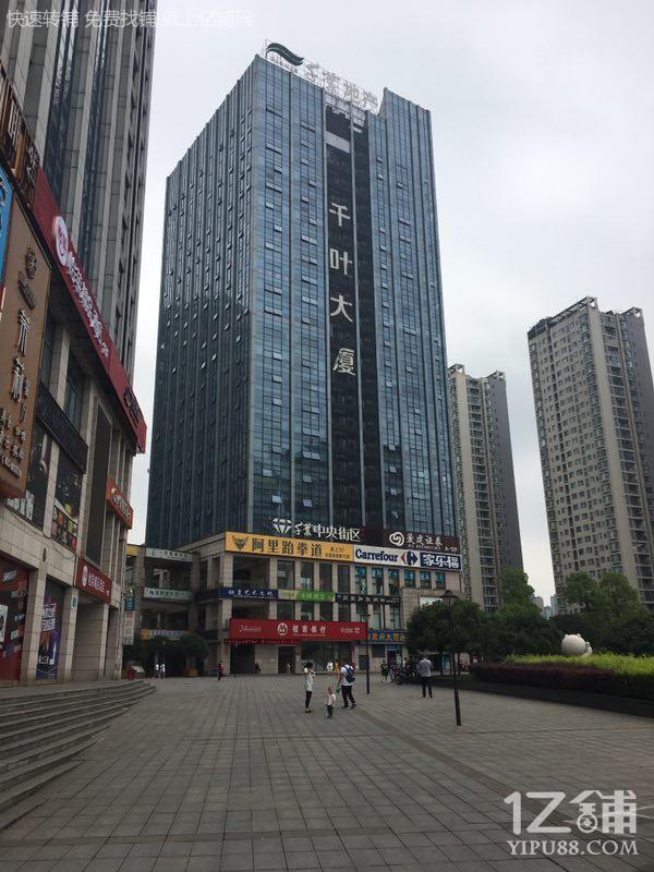 广场、公交车对面精装修门面转(三通,适合任何行业)