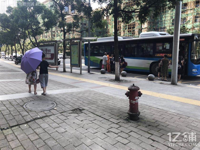 甩啦甩啦。临街公交车站三通190㎡餐饮店低价转让(可空转)