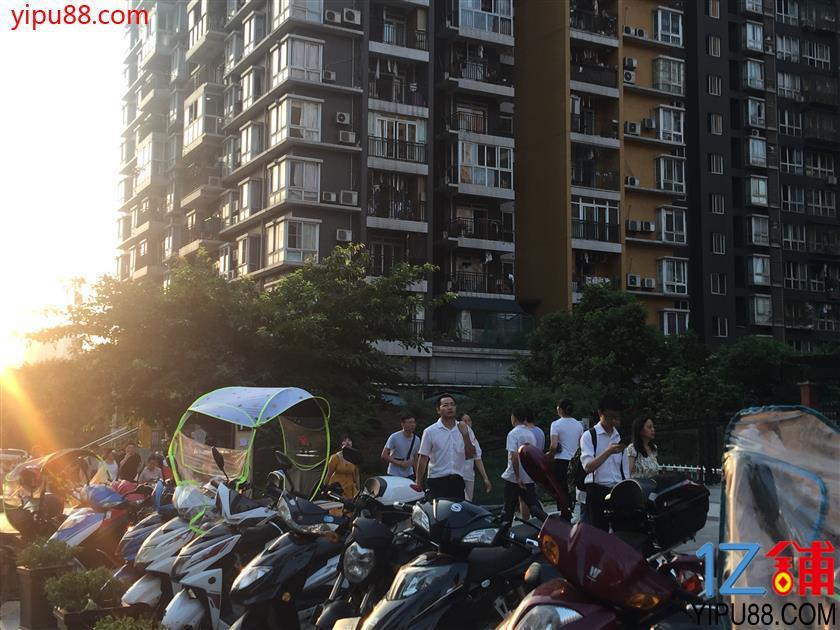 大型社区临街门面低价急转