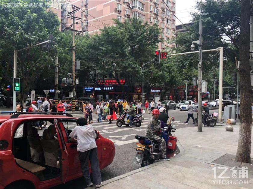 大型社区+公交车站300㎡三通餐饮店转让
