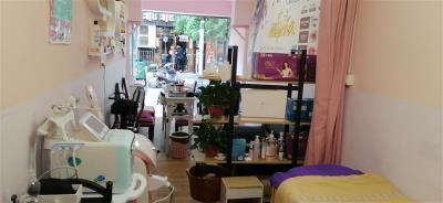 人流量大,可做餐饮,现在我经营的是美甲化妆纹绣店,本人要和老公出国发展忍痛割爱。