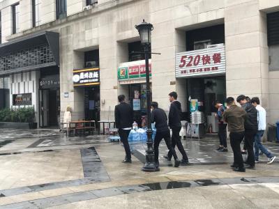 写字楼下盈利快餐店6.8万急转(可空转)