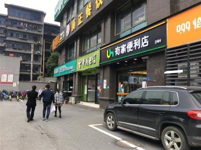 写字楼公交站旁30㎡水果店转让!