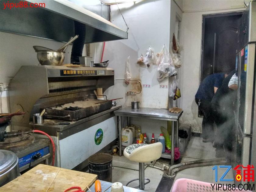 三叉路口成熟街区烧烤店转让(行业不限)