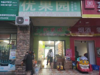 成熟高档小区出入口独家80㎡水果店优价转让(可空转)