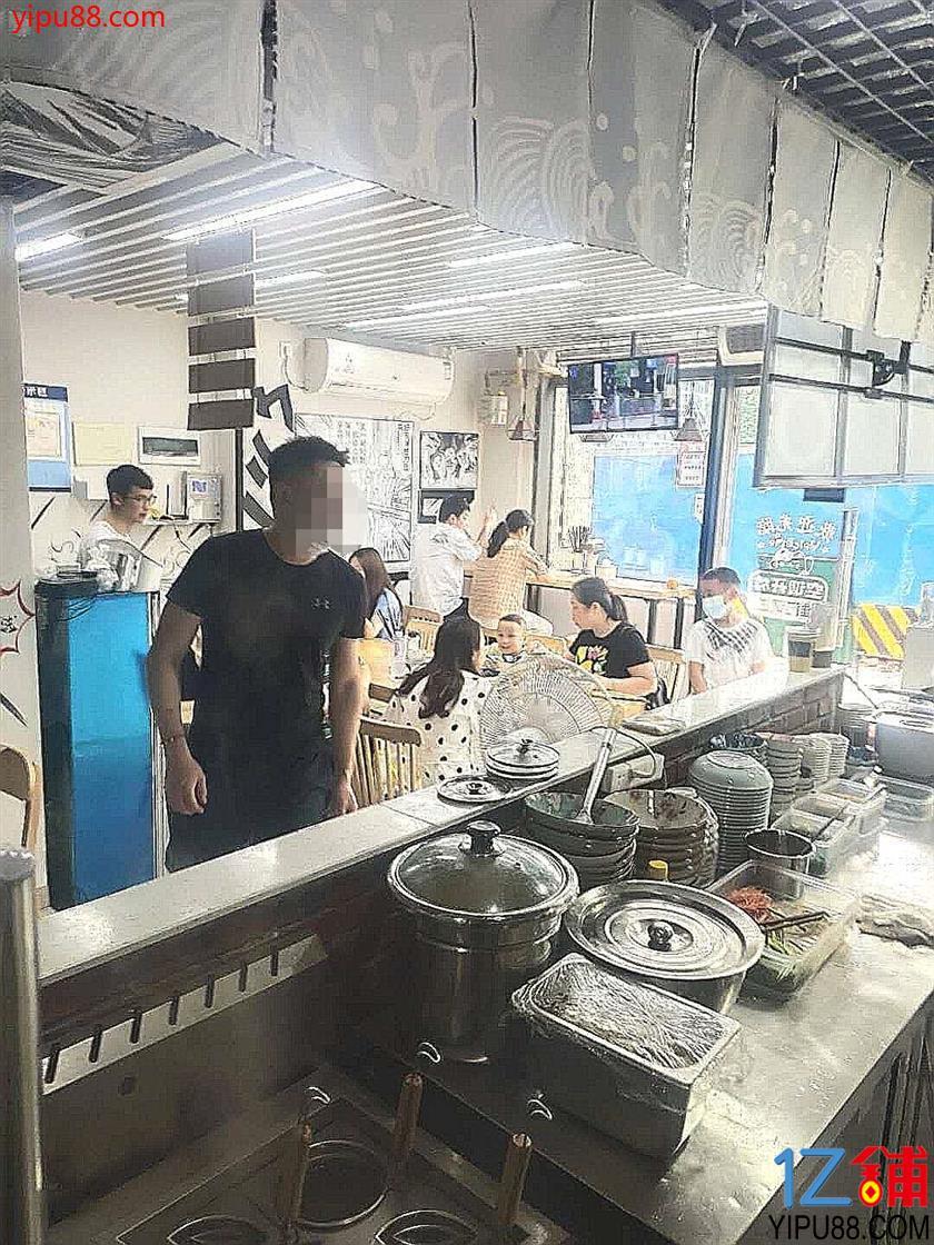 公交车站80平三通旺铺转让(无行业限制,不要打扰员工)
