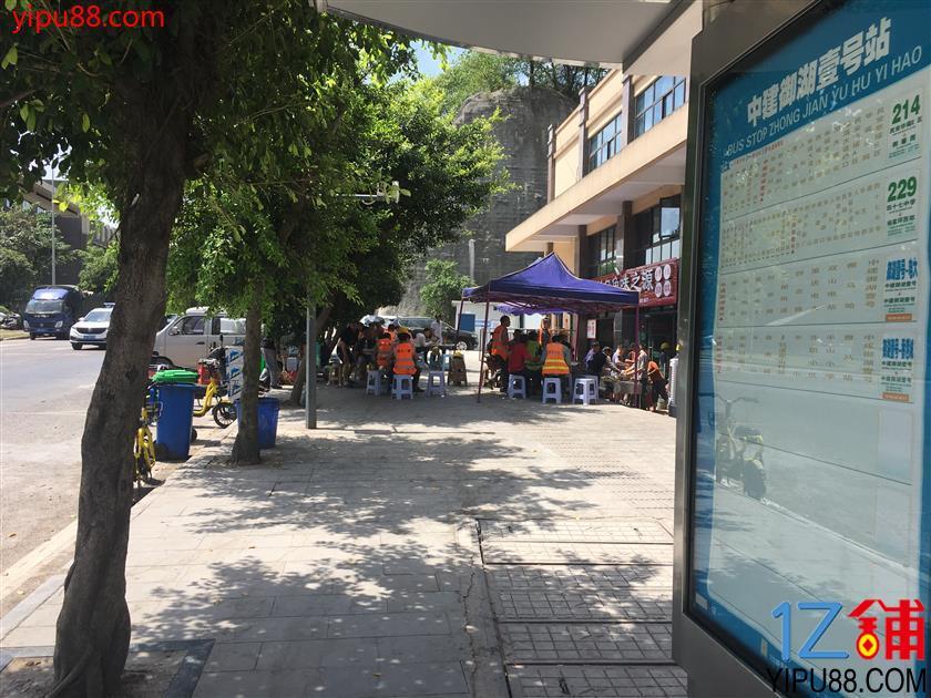 大型社区车站旁盈利餐馆门面转让(行业不限)